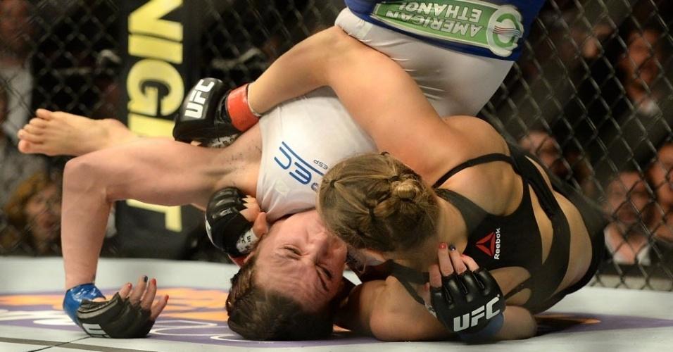 Ronda Rousey derruba Cat Zingano; norte-americana conseguiu uma finalização com apenas 14 segundos e venceu combate