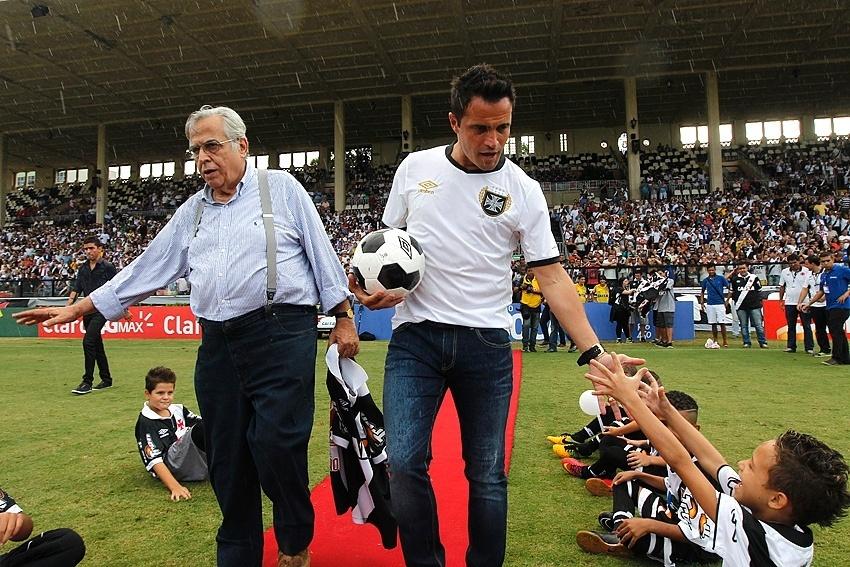 28 fev. 2015 - Eurico Miranda apresenta Falcão antes de jogo do Vasco pelo Campeonato Carioca