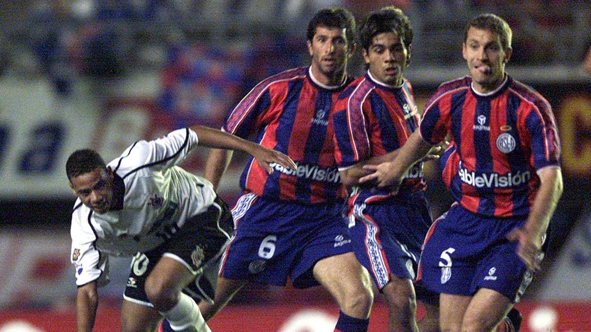Gil, atacante do Corinthians, recebe marcação de três jogadores do San Lorenzo na semifinal da Copa Mercosul de 2001