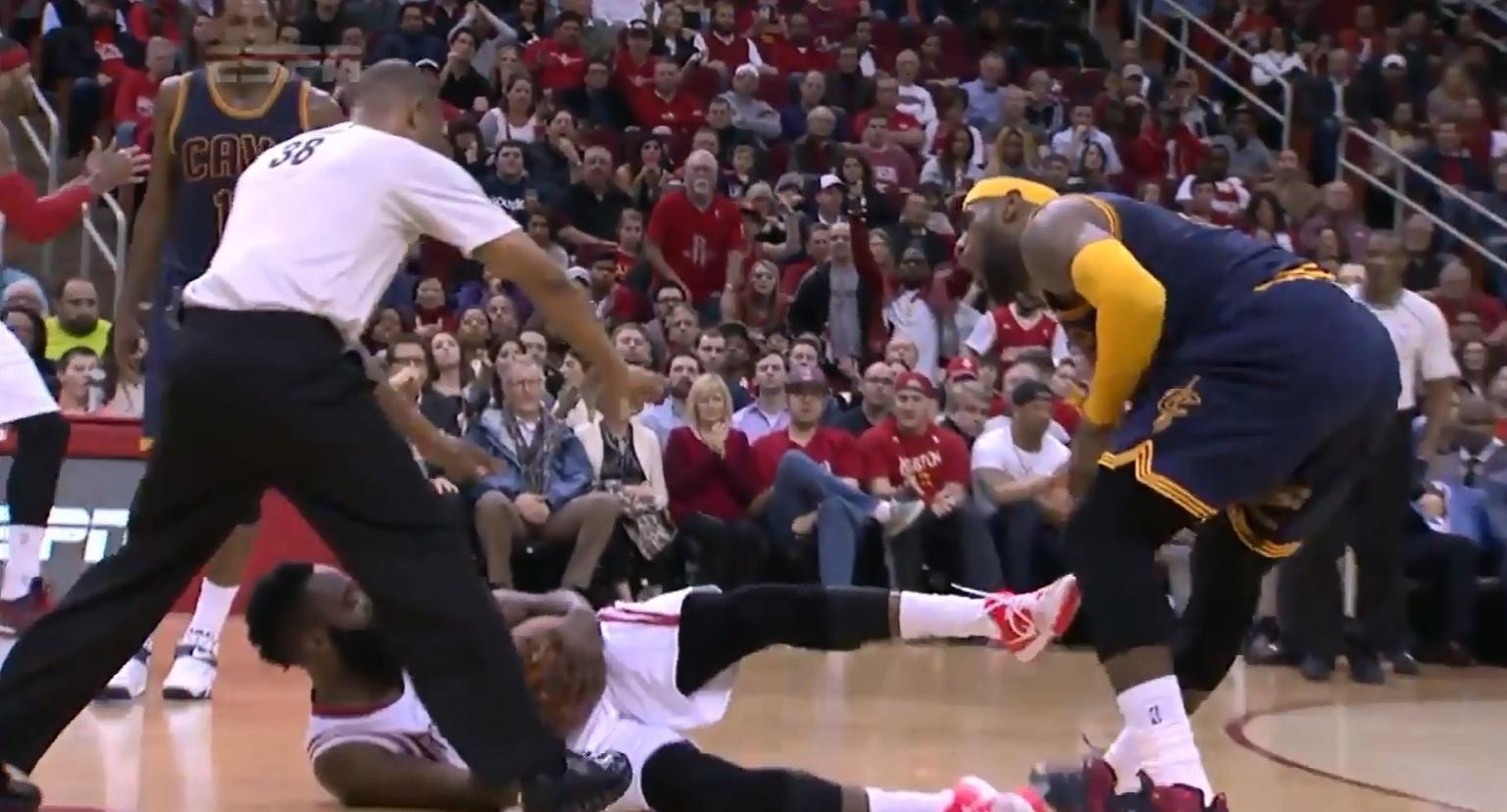 LeBron James é acertado nas partes íntimas por James Harden durante a derrota do Cleveland Cavaliers