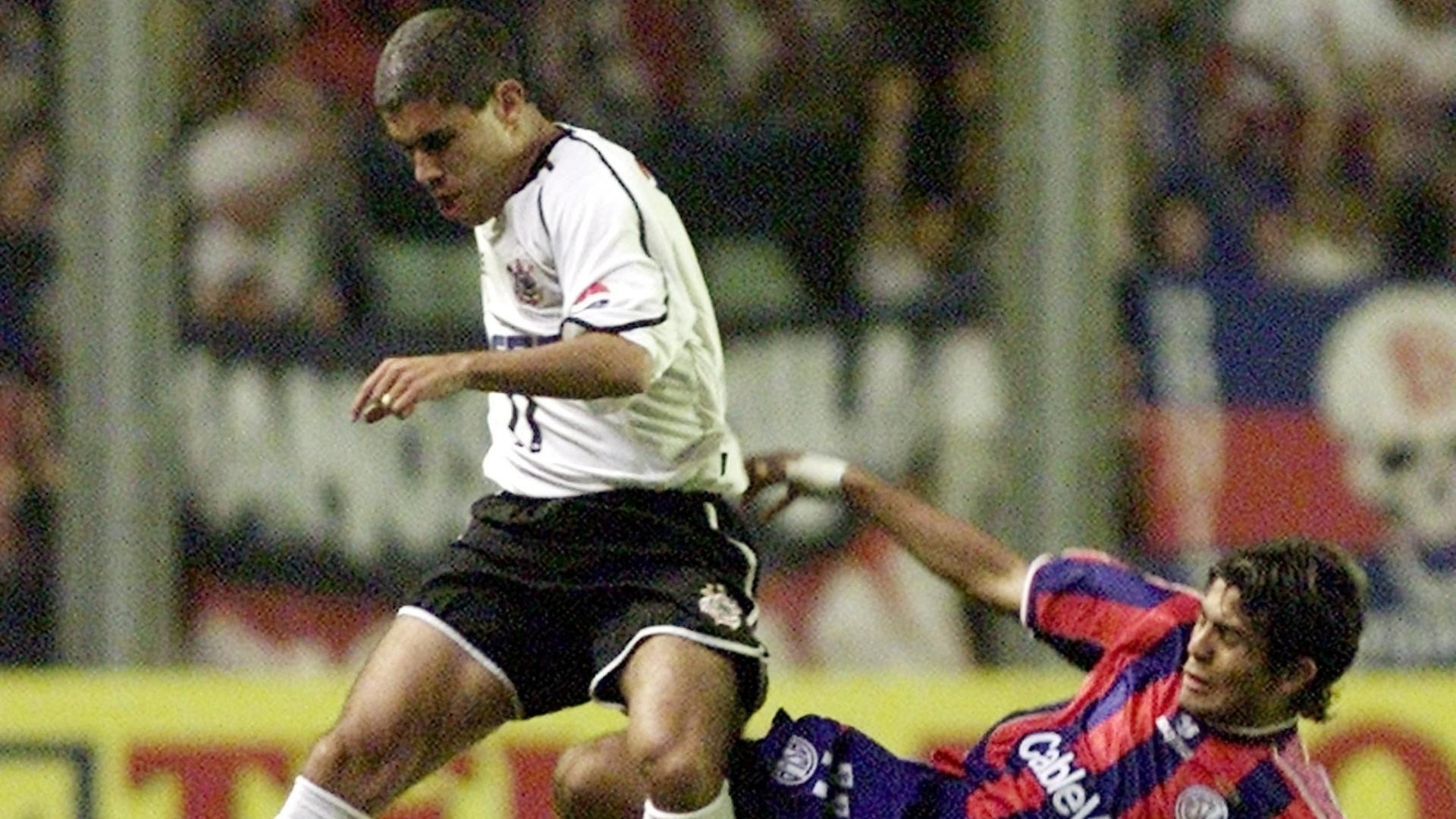 Ricardinho, meia do Corinthians, sofre entrada dura de Erviti, do San Lorenzo, em jogo entre os dois times na Copa Mercosul de 2001, em Buenos Aires