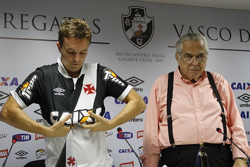 04 mar. 2015 - Ao lado do presidente Eurico Miranda, Dagoberto veste a camisa do Vasco