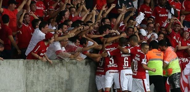 Torcedores do Inter abraçam o elenco mesmo com queda para segunda divisão