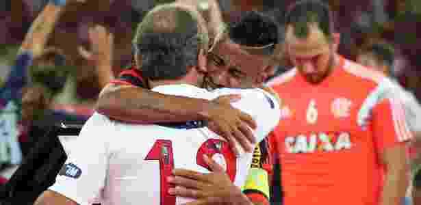 Léo Moura se despede aos prantos do Flamengo e com a  benção  de ... 9f419191035c6