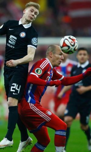 Robben (abaixo) disputa bola com Maximilian Sauer, no jogo entre Bayern de Munique e Braunschweig