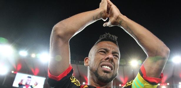 Léo Moura chora e agradece aos torcedores no jogo de despedida do Flamengo