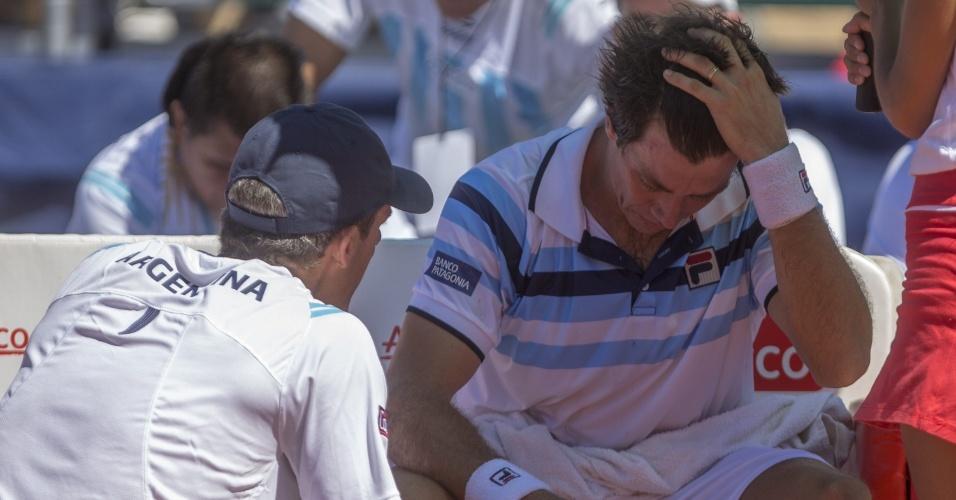 Berlocq recebe instruções do capitão argentino Daniel Orsanic durante troca de lados