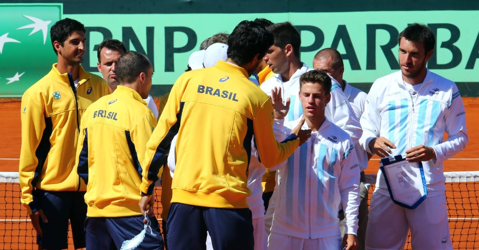 Brasileiros e argentinos se confraternizam antes da partida entre Feijão e Carlos Berlocq