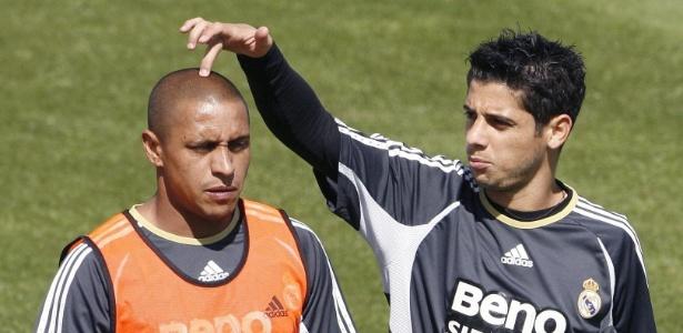 Cicinho brinca com Roberto Carlos durante treino do Real Madrid em 2006