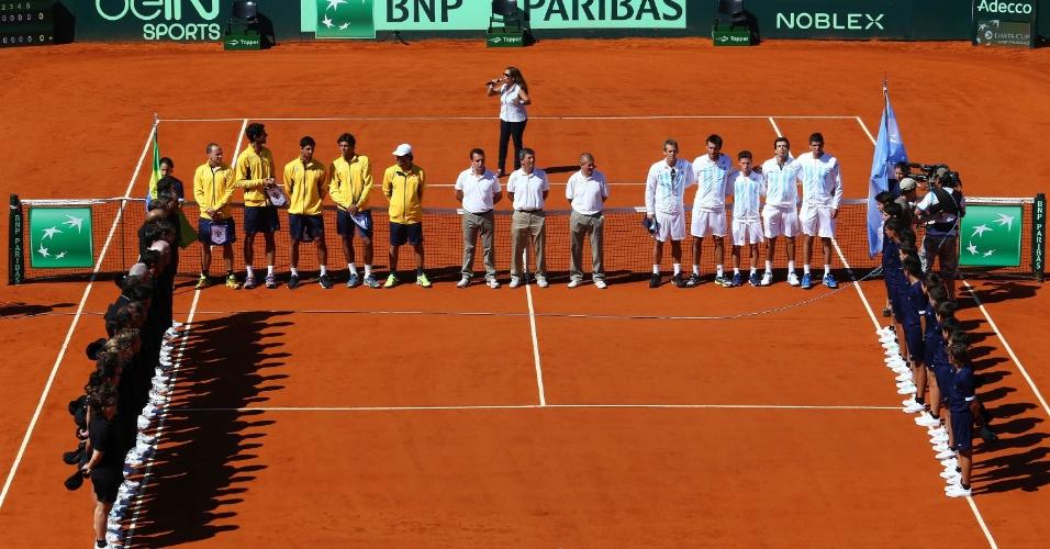 Equipe se alinham para execução dos hinos nacionais antes do início do duelo