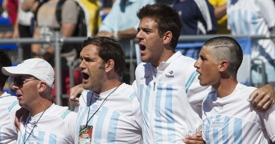 Jogador se uniu à equipe e cantou o hino a plenos pulmões