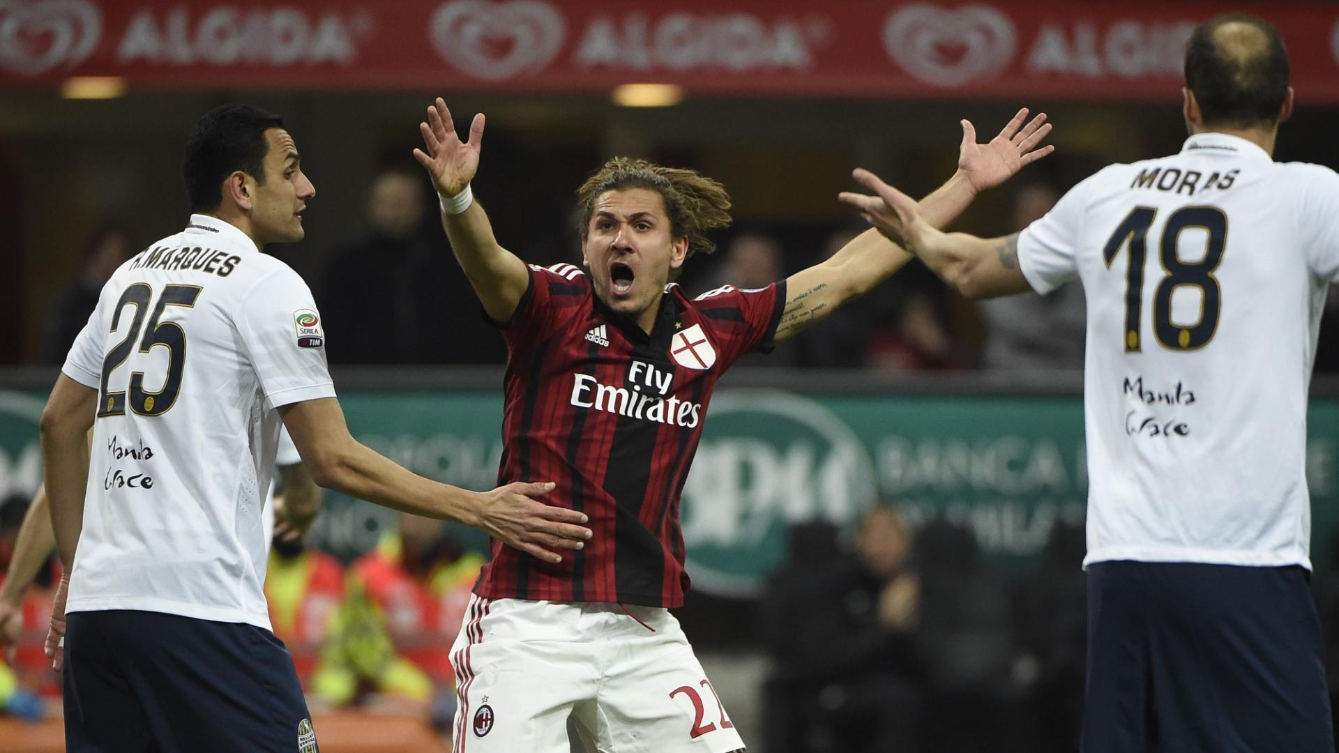 Alessio Cerci, atacante do Milan, reclama da marcação do juiz na partida contra o Verona, pelo Campeonato Italiano