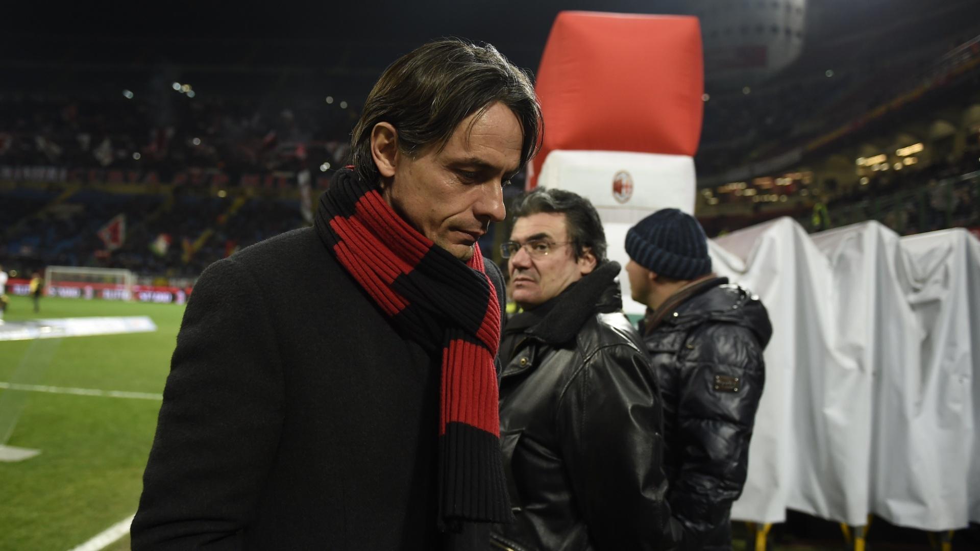 Filippo Inzaghi, técnico do Milan, deixa o San Siro cabisbaixo; Milan vencia o Verona por 2 a 1 e levou o empate aos 49 minutos do segundo tempo