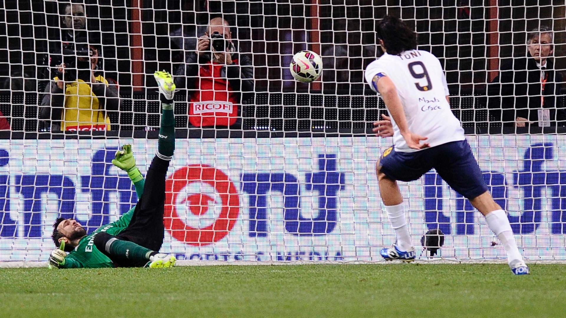 Luca Toni, atacante do Verona, marca de pênalti contra o Milan, pelo Campeonato Italiano