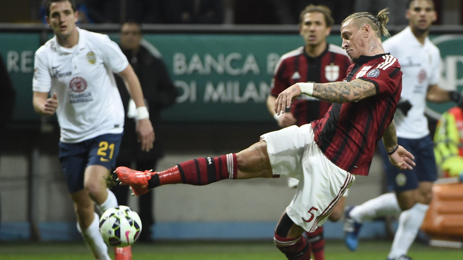 Mexes, zagueiro do Milan, tenta um chute na partida contra o Verona, pelo Campeonato Italiano