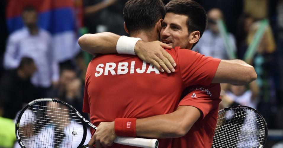 Novak Djokovic e Nenad Zimonji? comemoram vitória na Copa Davis