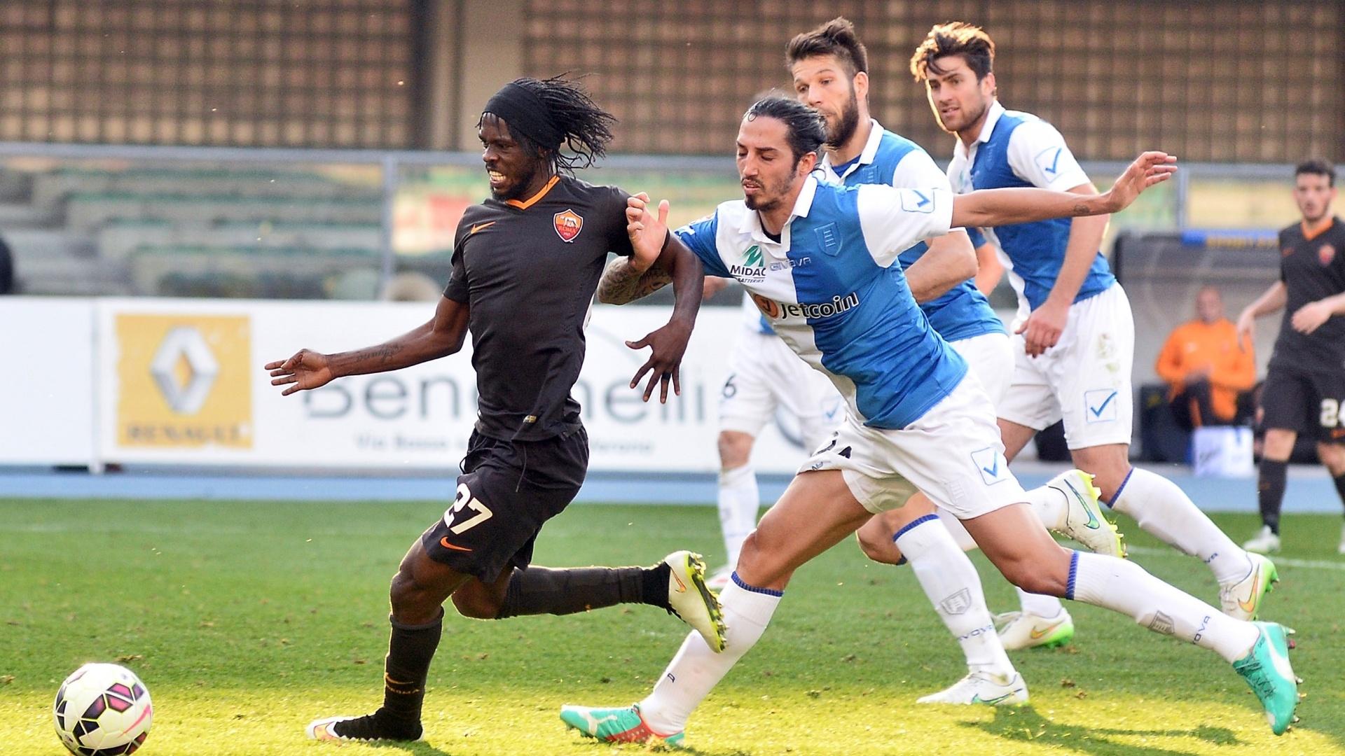 Gervinho, da Roma, carrega a bola pressionado por jogadores do Chievo, em jogo do Campeonato Italiano