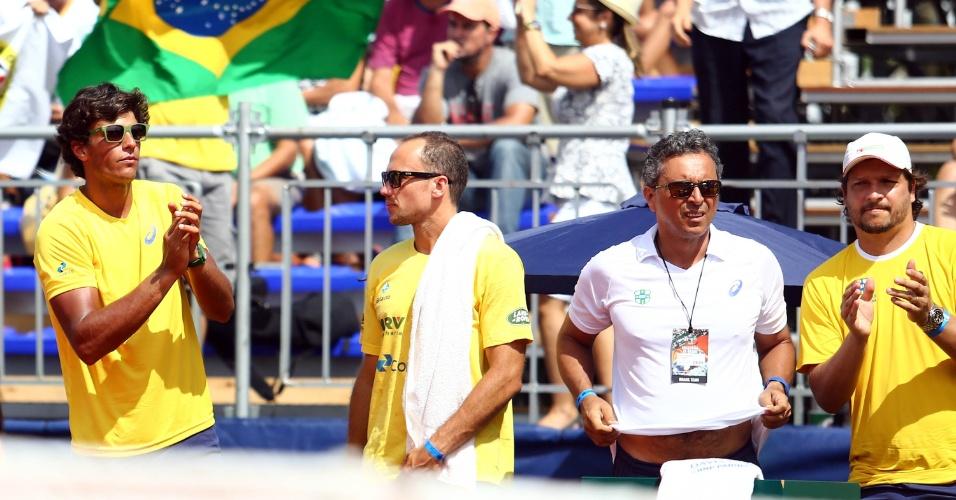 Um dia após fazer o jogo mais longo da história da Copa Davis em simples, Feijão foi torcer por Bellucci