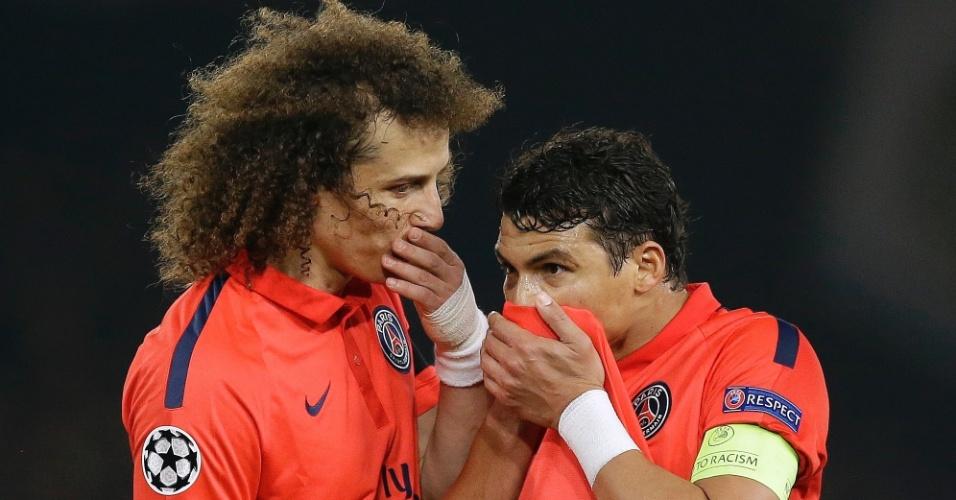 David Luiz e Thiago Silva conversam após a expulsão de Ibrahimovic na partida Chelsea e paris Saint-Germain