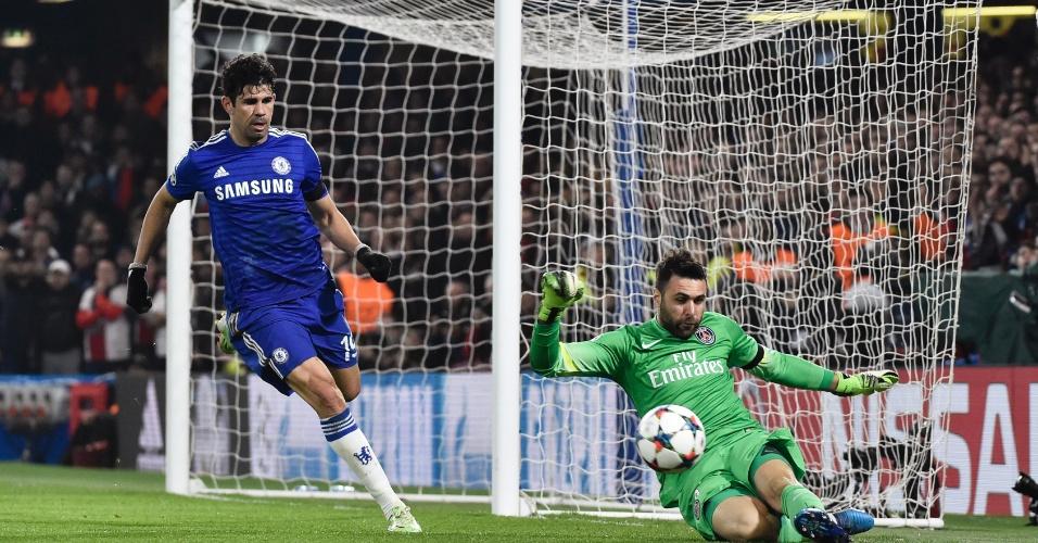 Diego Costa pressiona o goleiro Sirigu durante a partida Chelsea e Paris Saint-Germain