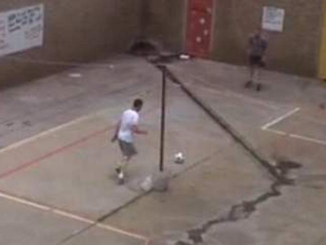 Oscar Pistorius joga futebol com Radovan Krejcir, acusado de sequestro e assassinato