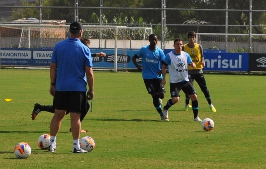 12 mar 2015 - Cristian Rodríguez treina sob olhar de Felipão no Grêmio