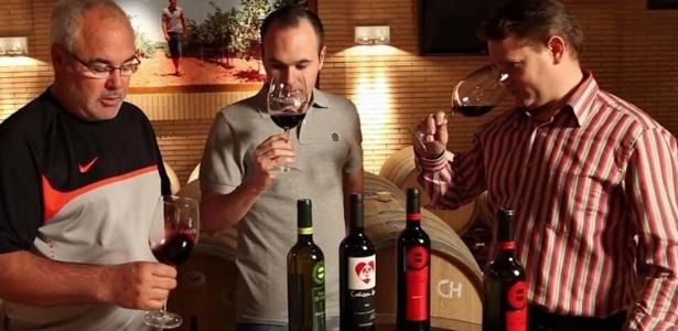 Iniesta e o pai (à direita) José Antonio provando vinho da Bodega Iniesta