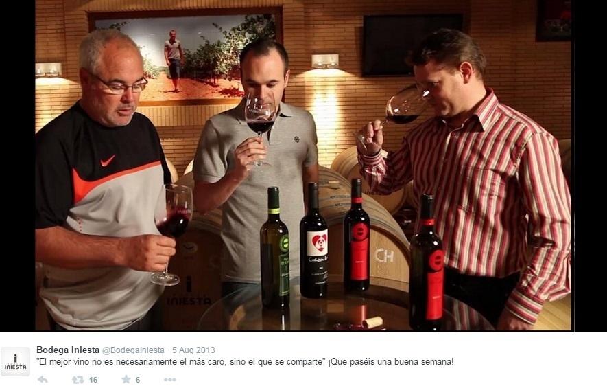 Iniesta prova vinho de sua vinícola, a Bodegas Iniesta