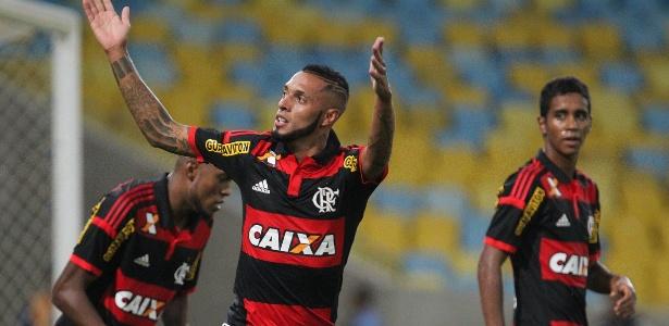 e2430ac2d0 Paulinho volta ao Flamengo como  reforço  e vive noite de gala no ...