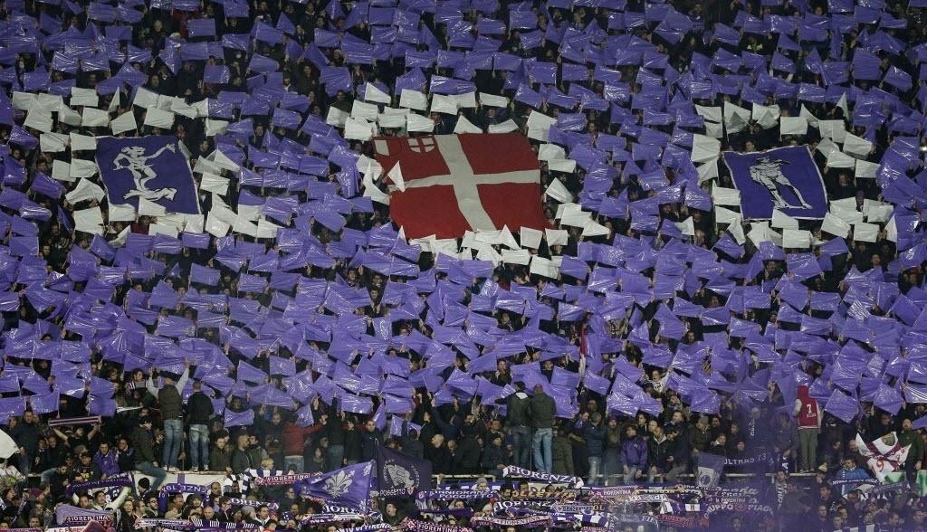Torcida da Fiorentina faz festa no clássico italiano contra a Roma pela Liga Europa