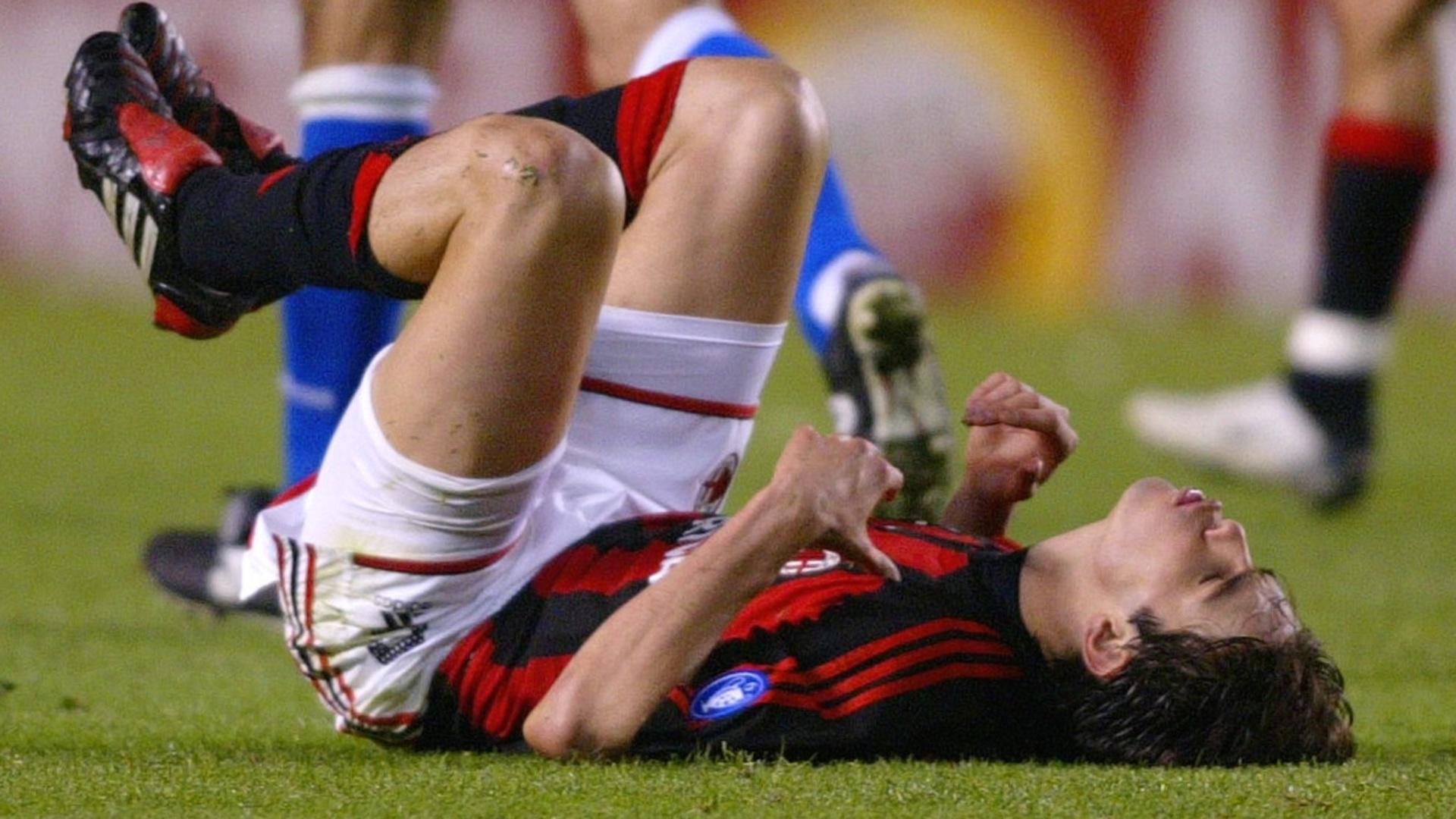Kaká, meia do Milan, lamenta a derrota do time por 4 a 0 para o La Coruña, na Liga dos Campeões de 2003/04