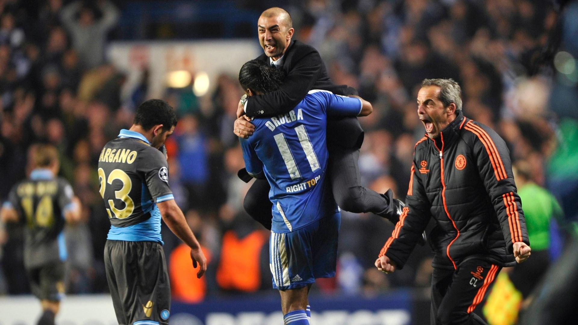 Roberto di Matteo, técnico do Chelsea, abraça Didier Drogba depois do time eliminar o Napoli, pela Liga dos Campeões de 2011/12