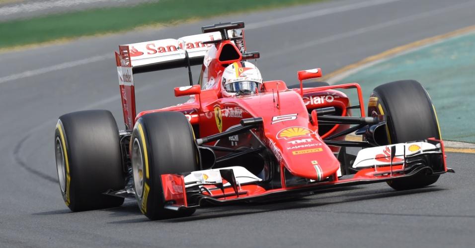 14.mar.2015 - Sebastian Vettel acelera sua Ferrari na pista de Albert Park durante o treino de classificação para o GP da Austrália
