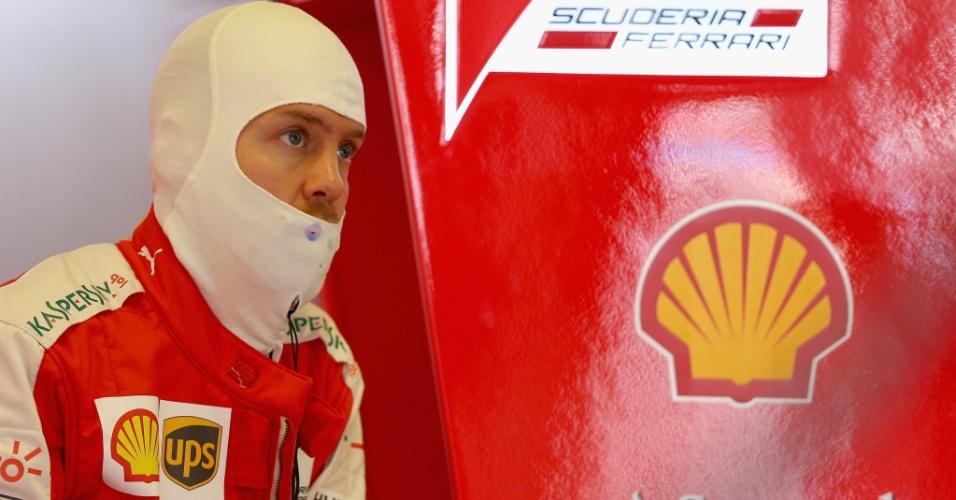 14.mar.2015 - Sebastian Vettel se concentra no box da Ferrari antes de entrar na pista de Albert Park para o treino de classificação do GP da Austrália