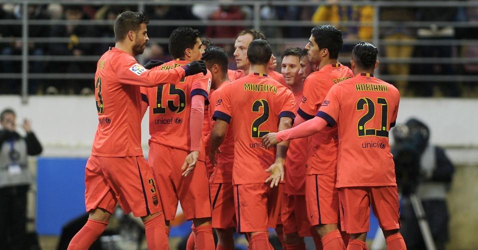 Jogadores do Barcelona comemoram com Messi o gol de abertura do placar contra o Eibar