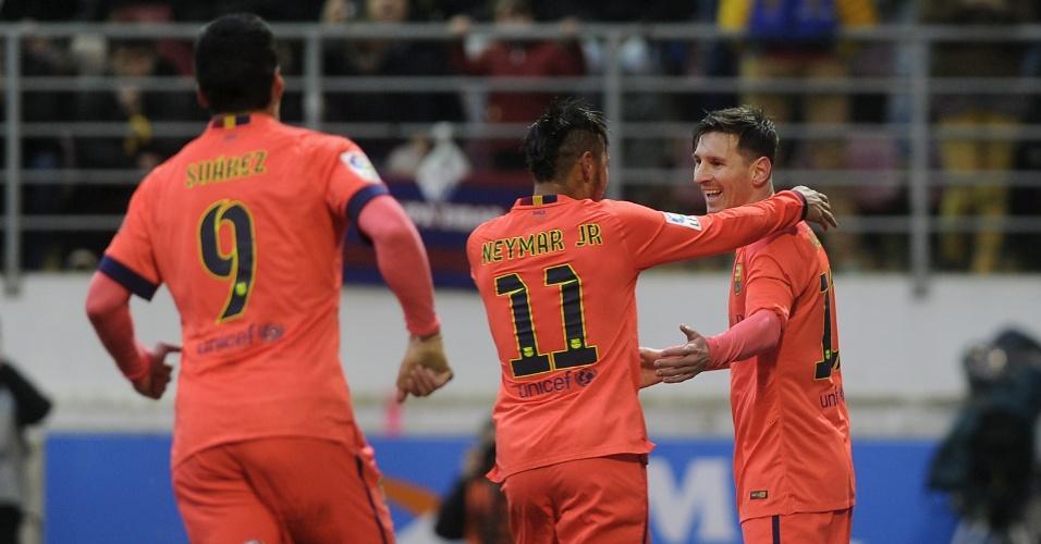 Neymar corre para abraçar Messi após argentino anotar gol de pênalti contra o Eibar