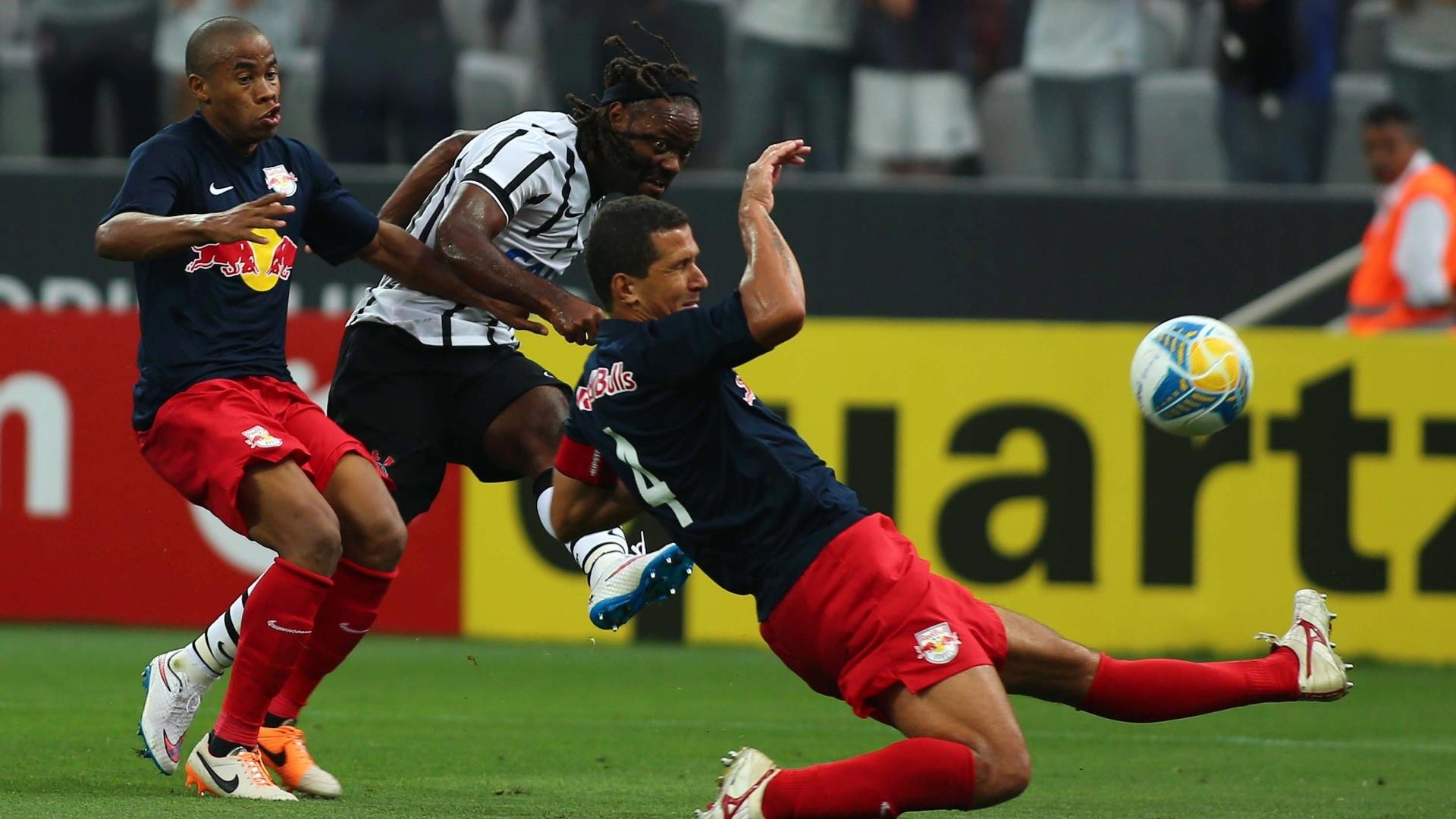 Vagner Love passa por Fabiano Eller e arrisca chute a gol no duelo Corinthians x Red Bull Brasil pelo Campeonato Paulista