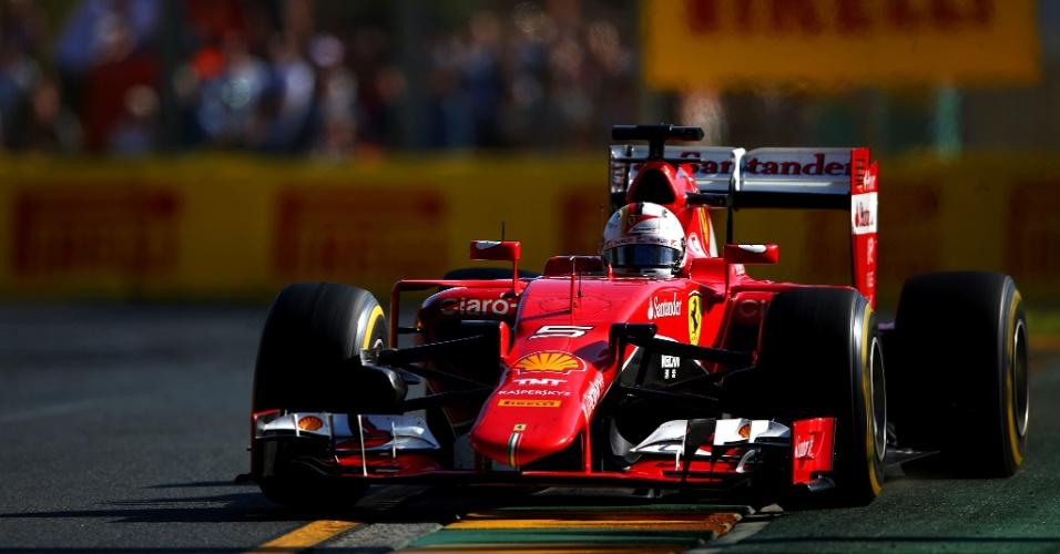 15.mar.2015 - Sebastian Vettel conduz sua Ferrari pelo circuito de Albert Park durante o GP da Austrália