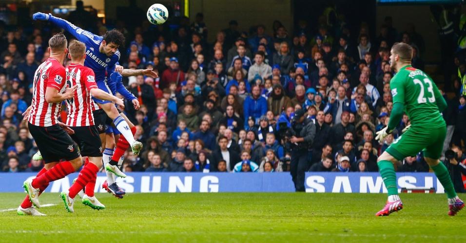 Diego Costa sobe para marcar de cabeça o primeiro gol do Chelsea contra o Southampton