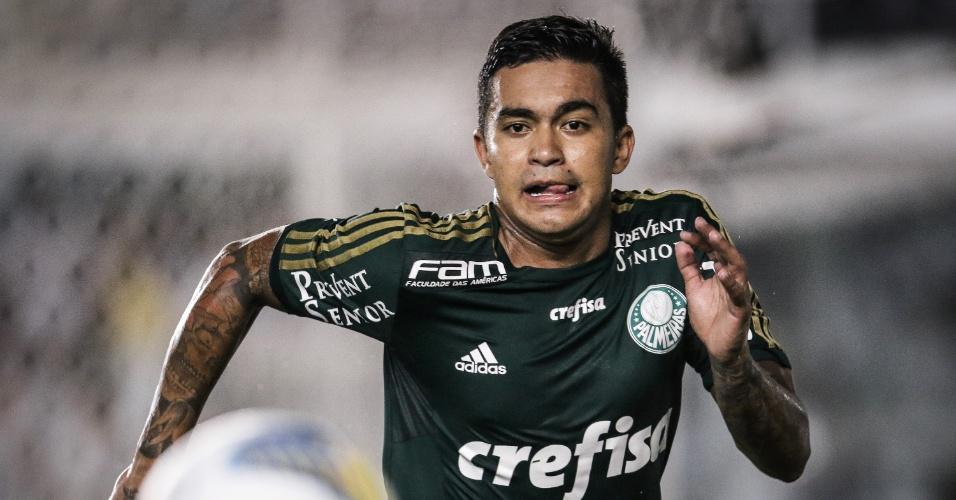 Dudu corre para tentar a jogada pelo Palmeiras contra o Santos
