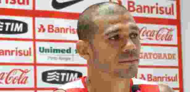 Volante Nilton voltou a treinar com o Internacional nesta segunda-feira - Jeremias Wernek/UOL
