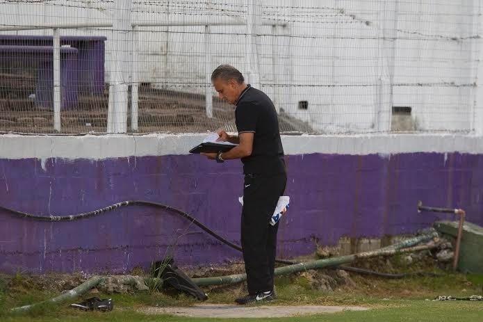 Tite checa anotações durante treino do Corinthians no Estádio Luis Franzini, no Uruguai