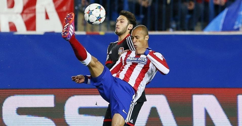 Miranda afasta o perigo no campo de defesa durante o confronto entre Atlético de Madri e Bayer Leverkusen