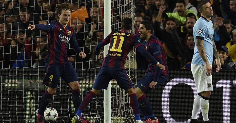 Rakitic comemora junto com Neymar e Suárez o gol marcado pelo Barcelona contra o Manchester City