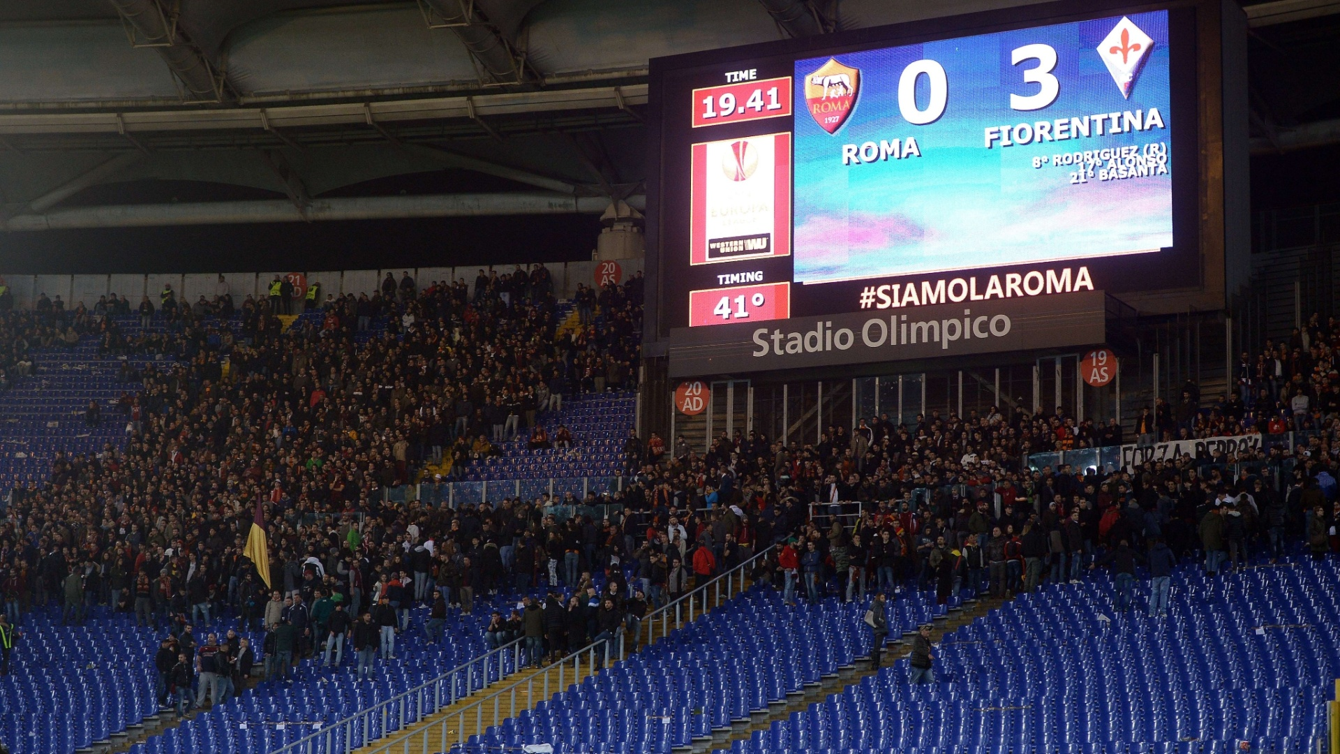 Torcida da Roma deixa o estádio ainda no primeiro tempo, como protesto por causa da derrota parcial para a Fiorentina