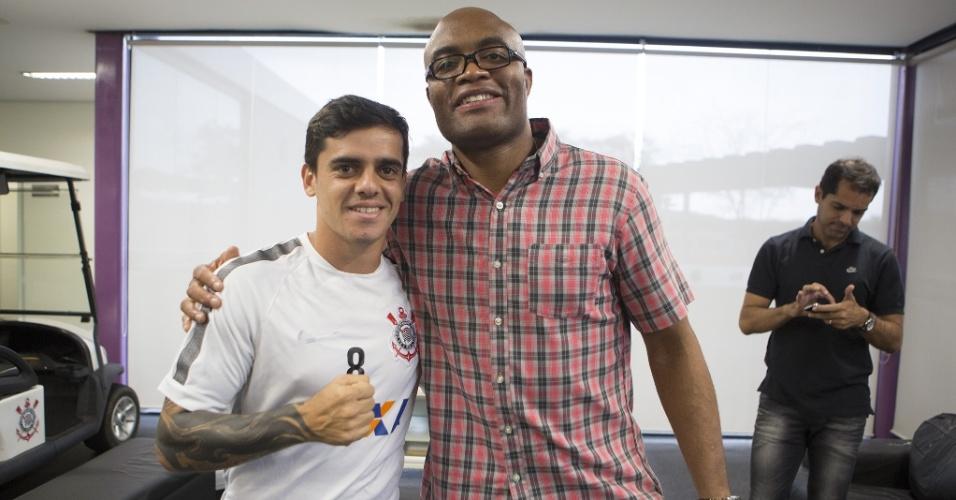 Anderson Silva visita o CT do Corinthians e posa ao lado de Fagner