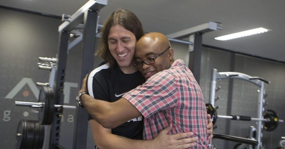 Anderson Silva visita o CT do Corinthians e abraça o goleiro Cássio