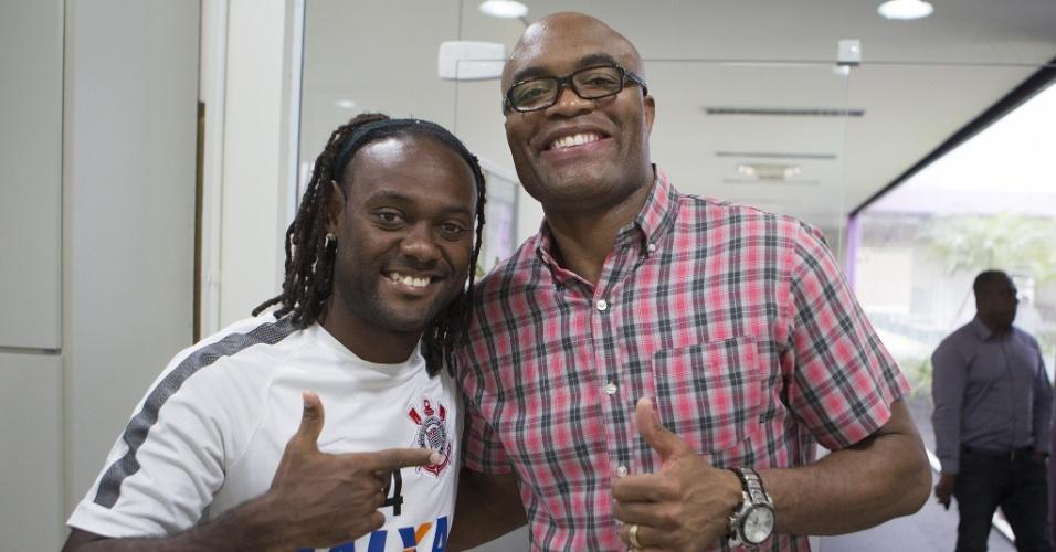 Anderson Silva visita o CT do Corinthians e posa ao lado de Vagner Love