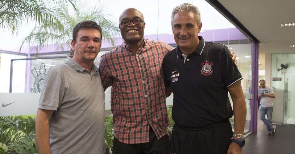 Anderson Silva visita o CT do Corinthians e posa ao lado de Andrés Sánchez e Tite
