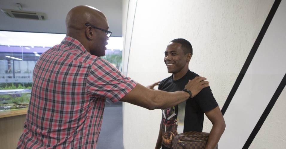 Anderson Silva visita o CT do Corinthians e cumprimenta o volante Elias